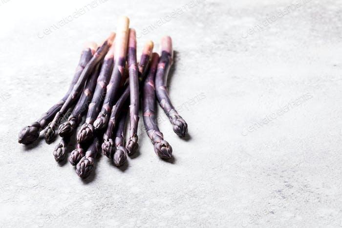 Frischer violetter Spargel. Gesundes Essen Konzept. Lebensmittel für Vegetarier.