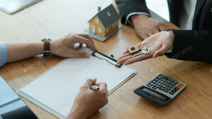 House broker is introducing the client to sign the purchase contract.