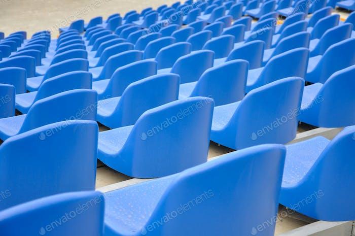 Blaue Sitze auf einem Stadion
