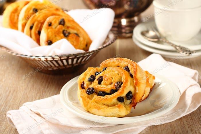 Frische glutenfreie süße Swirl Brötchen mit Rosinen