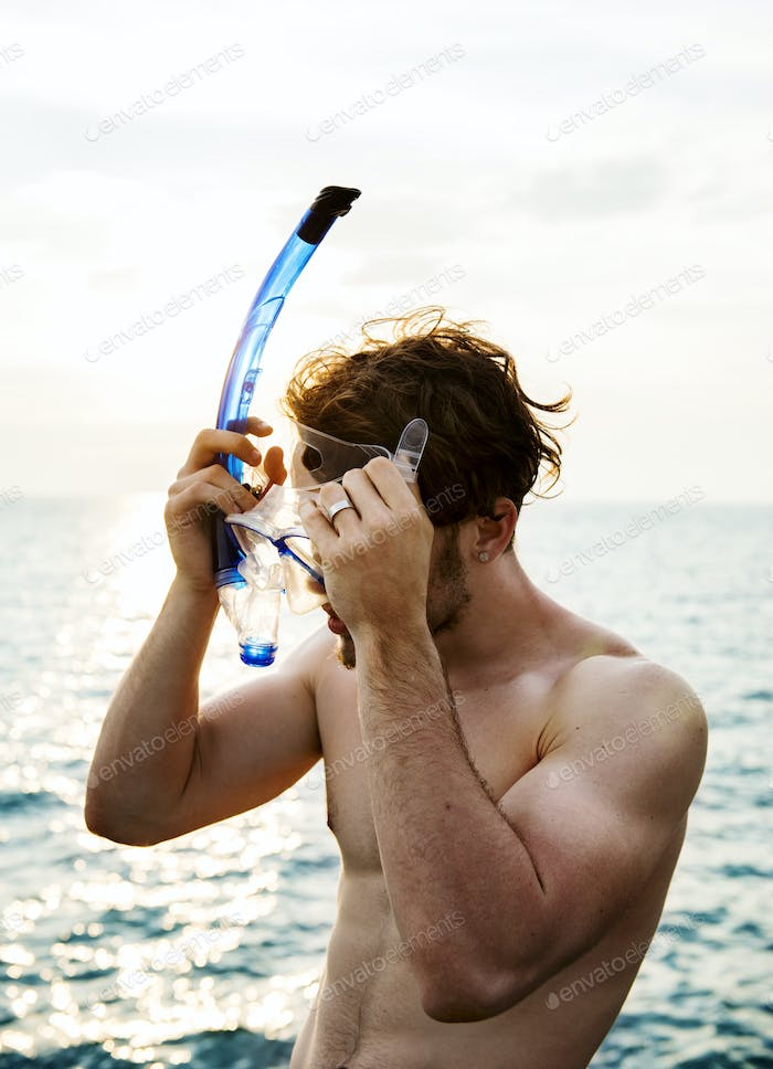Caucasian guy preparing for snorkeling
