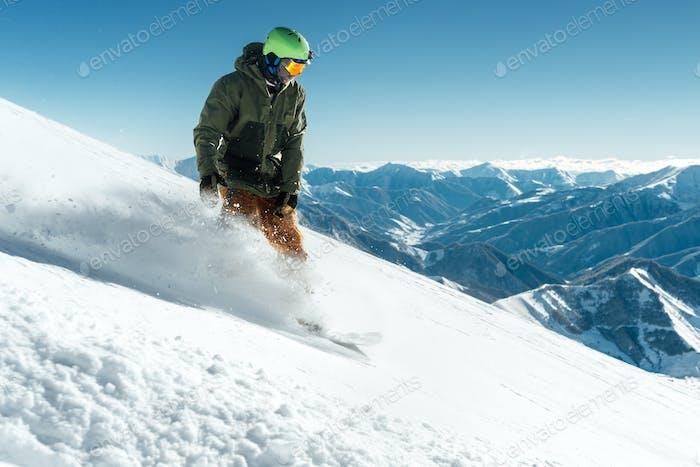 Snowboarder in Getriebebremsen auf Slope Freeride-Bremsen schaffen eine