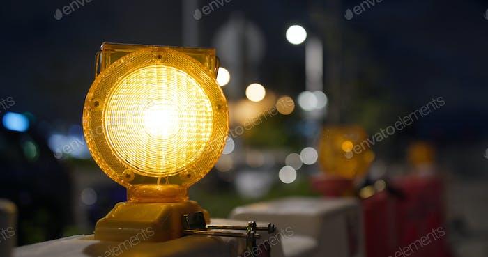 Gelbe Vorsicht Licht auf der Straße