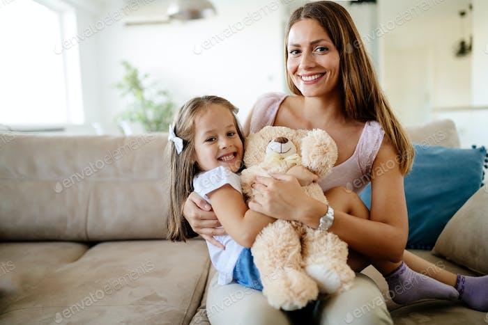 Mutter und Tochter Porträt mit Teddybär