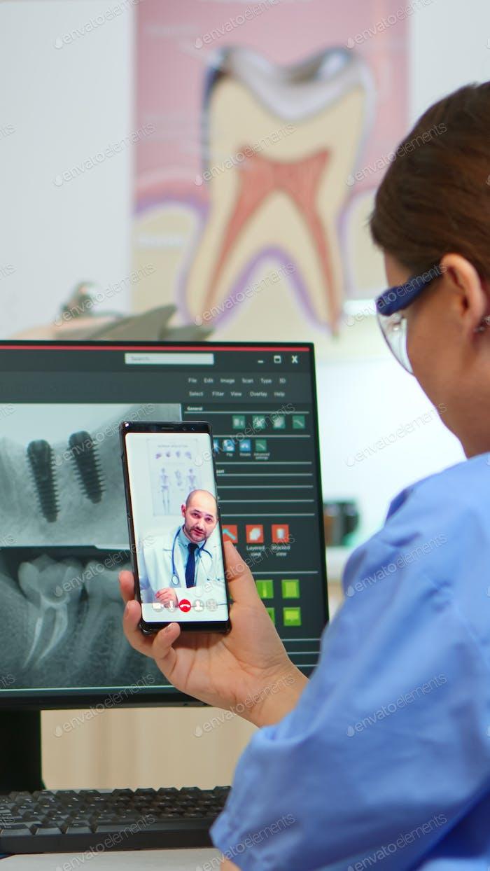 Krankenschwester mit Video anruf mit stomatologic medizinischer Experte
