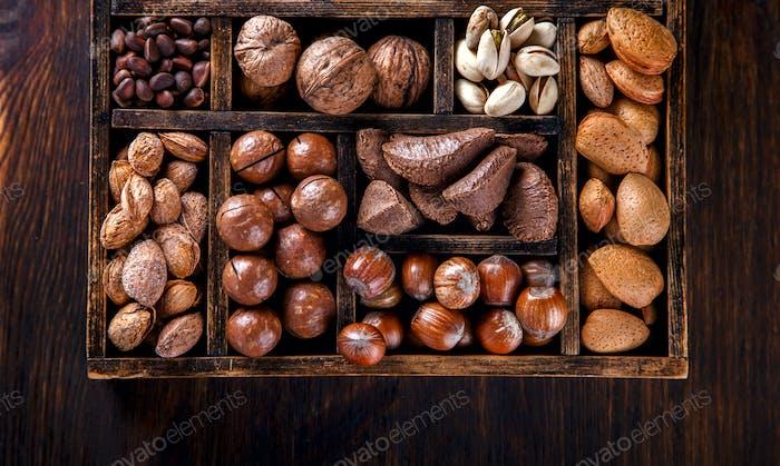 Nüsse gemischt.Sortiment, Walnüsse.Konzept der gesunden Ernährung