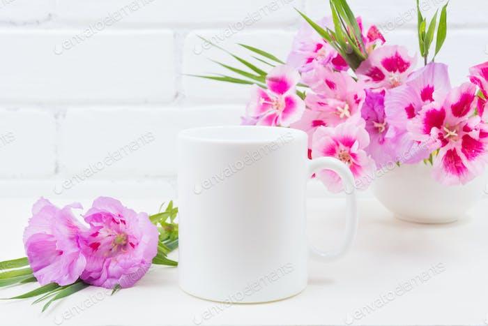 Placeit - Weiße Kaffeetasse Mockup mit rosa Godetia Blumen