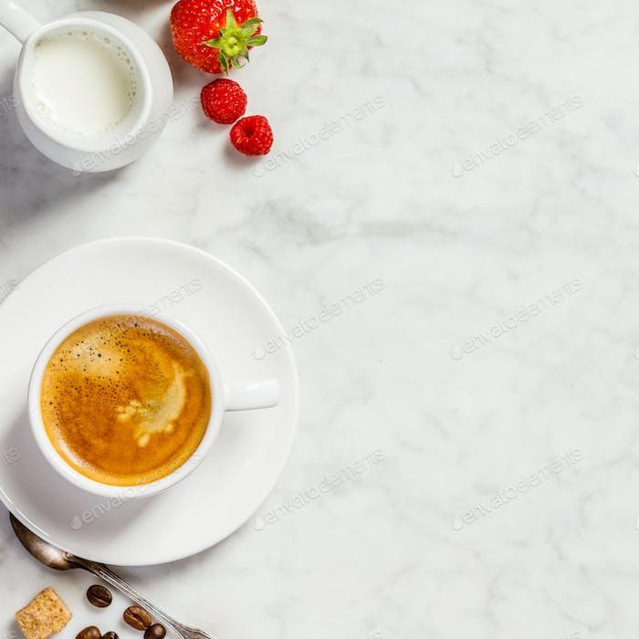 Kaffee auf weißem Marmorhintergrund