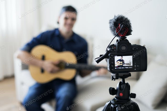 Männliche vlogger Aufnahme Musik im Zusammenhang Sendung zu Hause