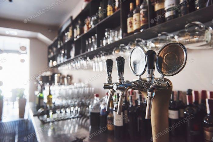 готовый к пинте пива в баре в традиционном стиле деревянный паб