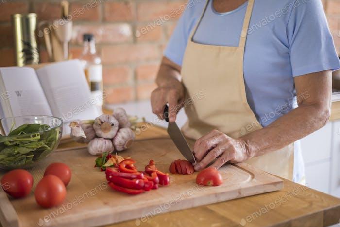 Verduras cortadas en la tabla de cortar