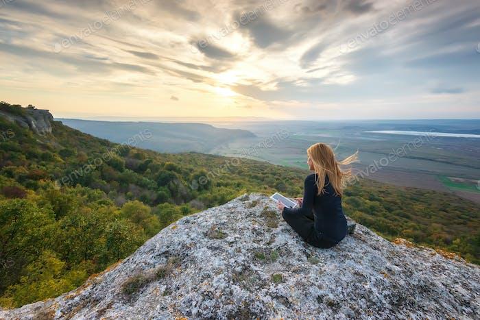 Frau auf dem Gipfel eines Hügels
