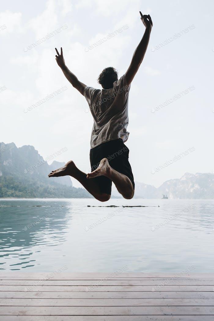 Glücklicher Mann springen vor Freude