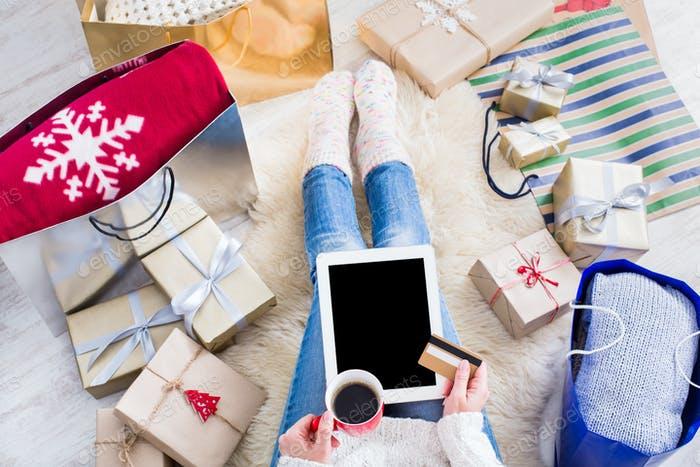 Frau, die online mit einer Kreditkarte einkaufen
