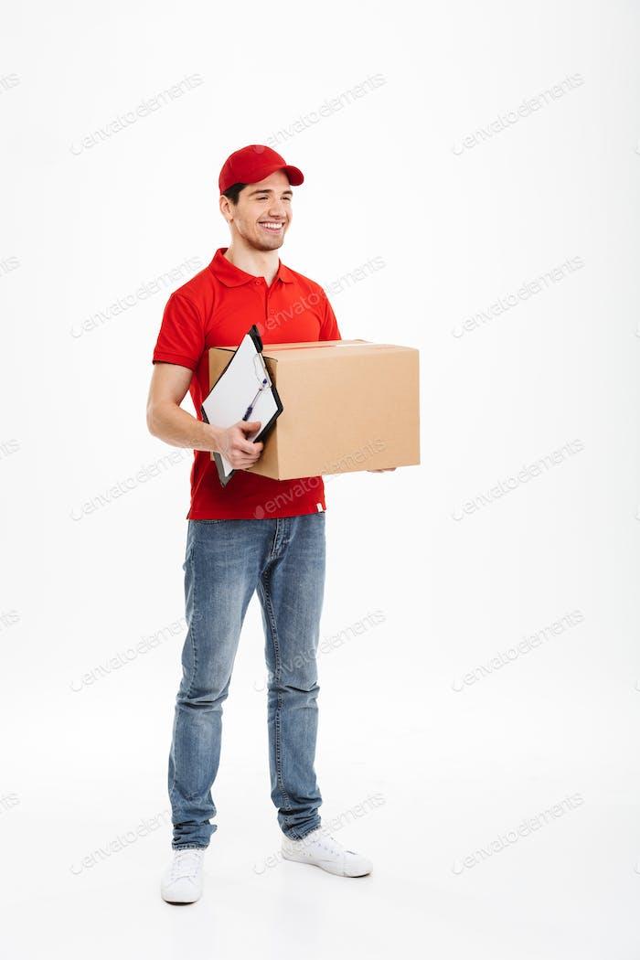 Schöner junger Liefermann mit Paketpostkasten