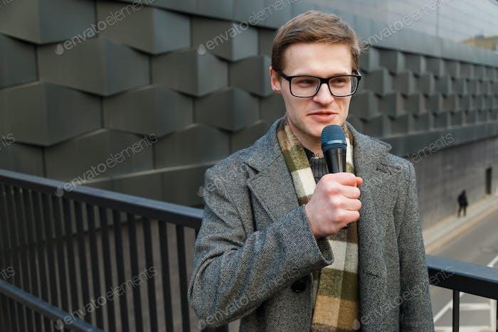 Reportero profesional al aire libre