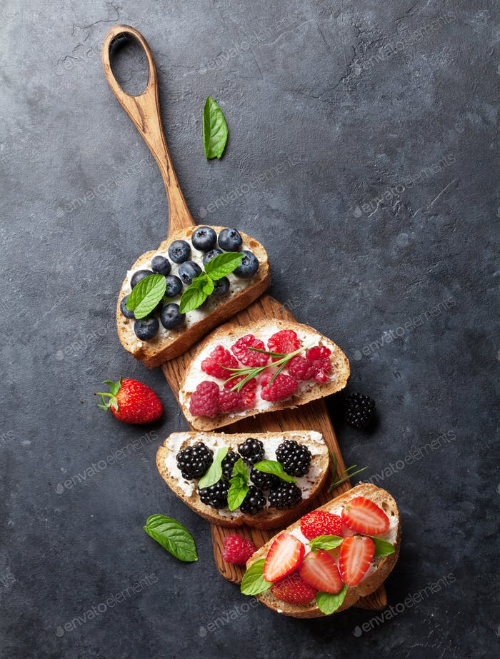 Brushetta oder traditionelle spanische Tapas mit verschiedenen Beeren