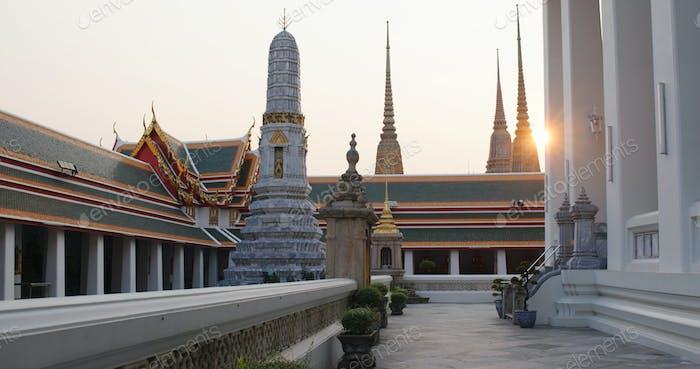 Bangkok, Thailand, 30. März 2020: Sonnenlicht über dem Großen Palast in Thailand