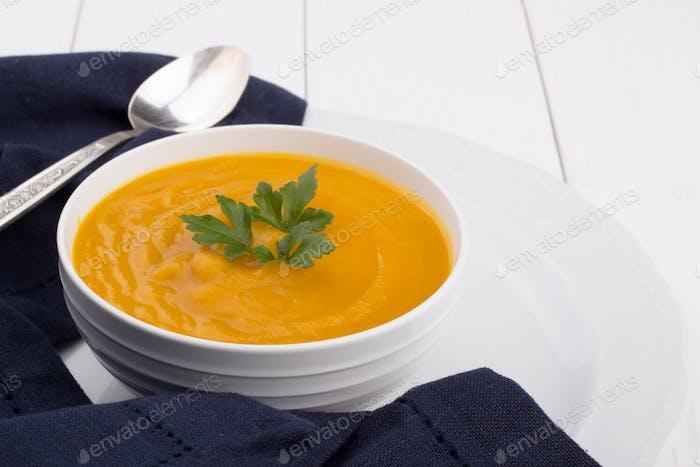 Soupe de citrouille dans un bol