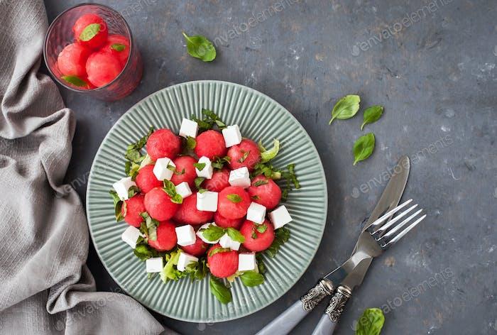 Frischer leckerer Salat mit Wassermelone und Feta-Käse