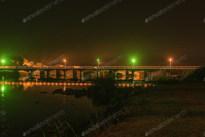 Vista Noche del Carretera sobre el río Orange en Upington