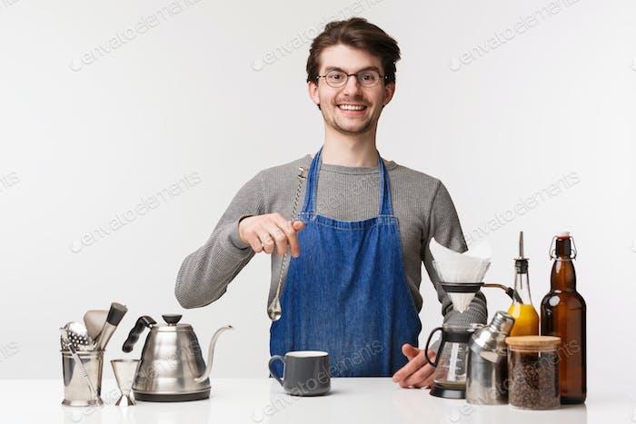 Barista, cafetería y camarero concepto. Joven hombre caucásico trabajando en restaurante, mezclando bebidas