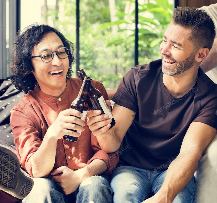 Diverse Freunde trinken Bier zusammen