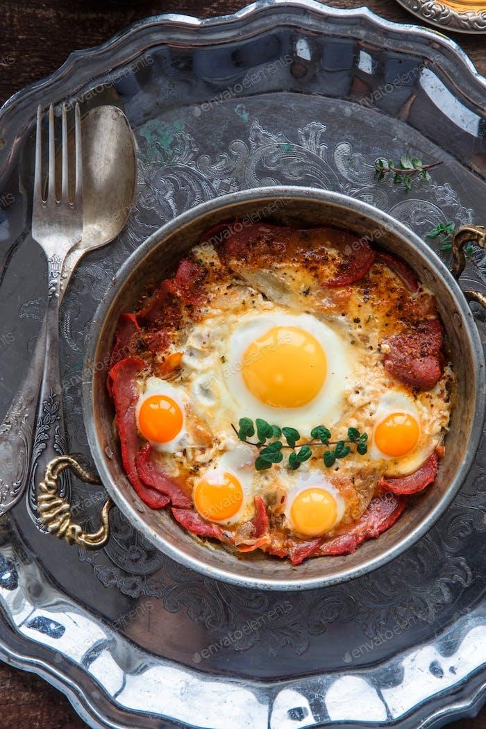Draufsicht von Spiegeleier mit Wurstfleisch, türkisches Frühstück pastirmali yumurta