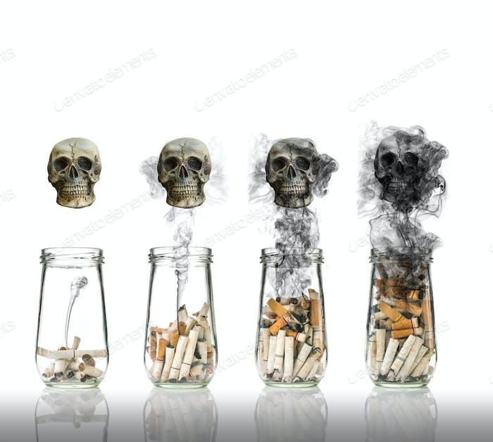 Zigarettenstummel in Flasche mit Rauch Das Leben verbrennt den Schädel, Welt kein Tabaktag