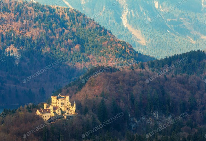 Wunderschöne Frühlingslandschaft mit Schloss Hohenschwangau bei Sonnenaufgang