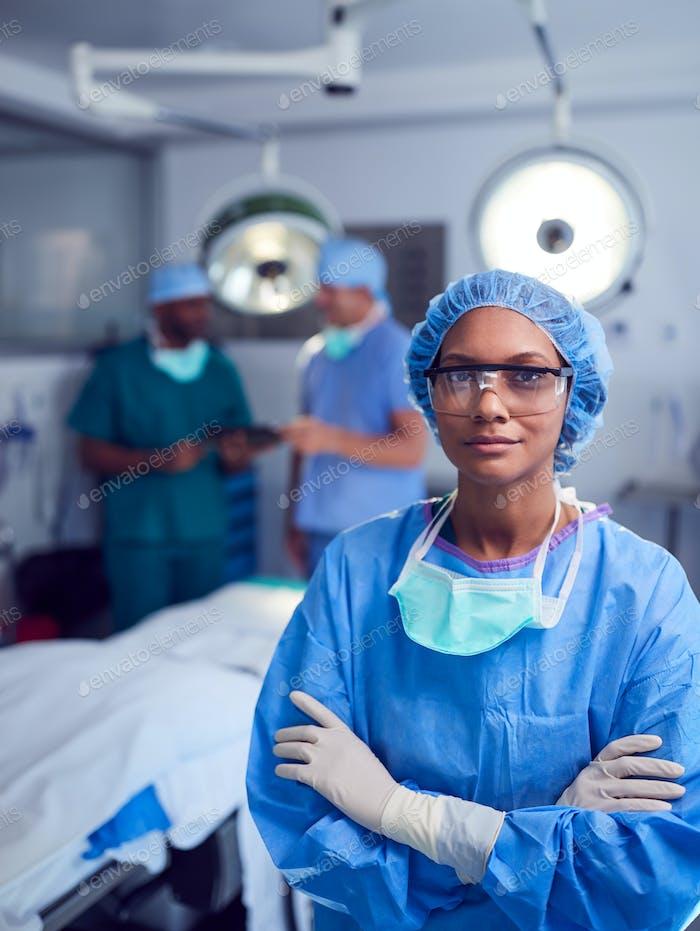 Porträt von weiblichen Chirurgen tragen Peelings und Schutzbrille in Krankenhaus Operating Theater