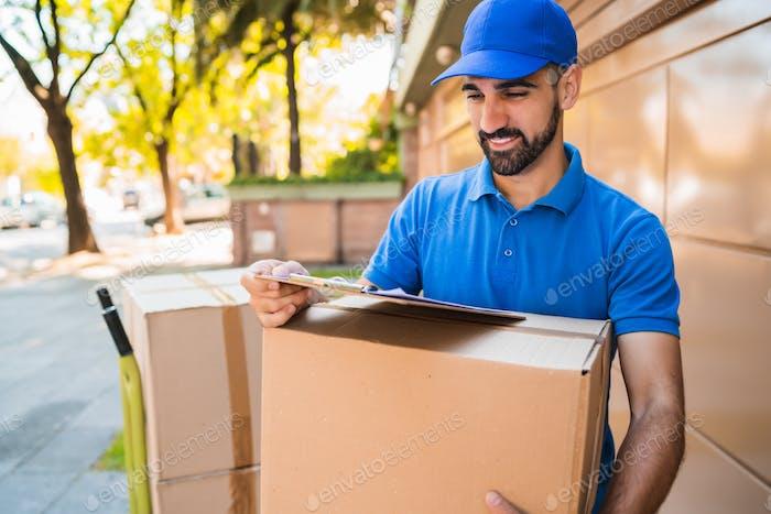Lieferung Mann Transportpaket im Freien.
