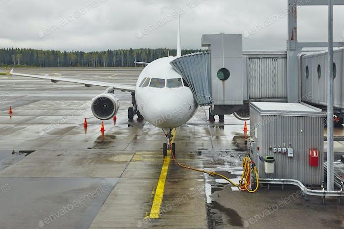 Aeropuerto fugitivo con un avión un dedo. Fondo de viaje
