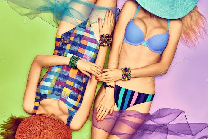 Schönheit Frau Körper in Mode Badeanzug, Freunde