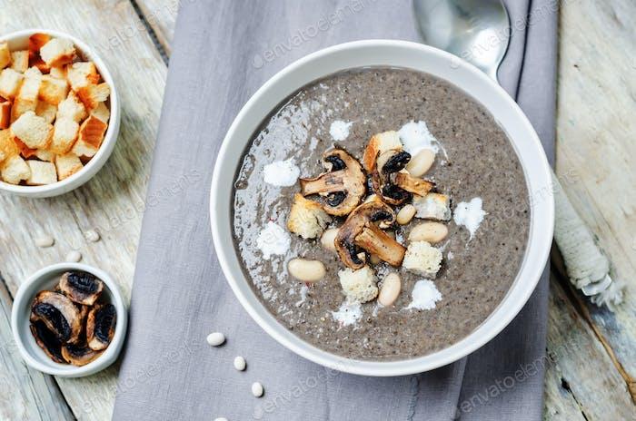 Weiße Bohnenpilze Suppe mit Croutons