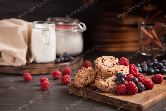 Gesunde und leckere Schokoladenkekse frisch gebacken