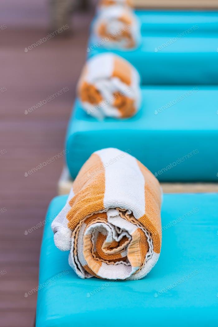 Handtuch auf dem Bett um den Pool im Hotelresort