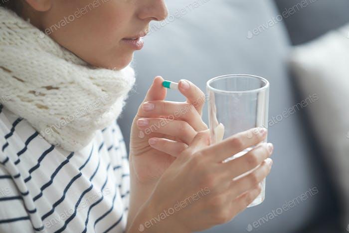 Kranke Frau Trinkwasser mit Pillen