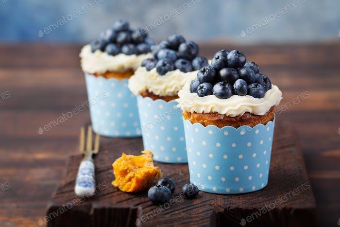 Kürbis-Cupcakes mit Frischkäse, Heidelbeeren