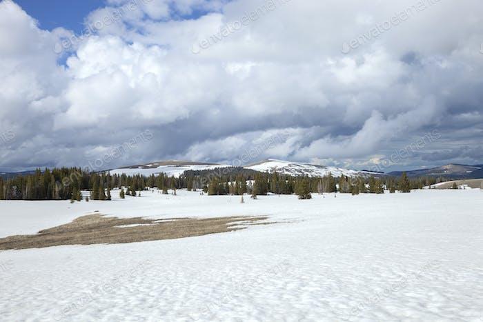 Gipfel der Bighorn-Berge und ein schneebedecktes Feld im westlichen Zentrum von Wyoming