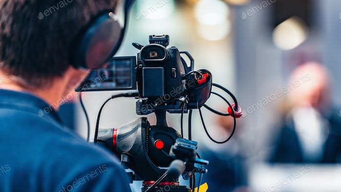 Evento de grabación del camarógrafo en la conferencia Medios de comunicación prensa de los medios