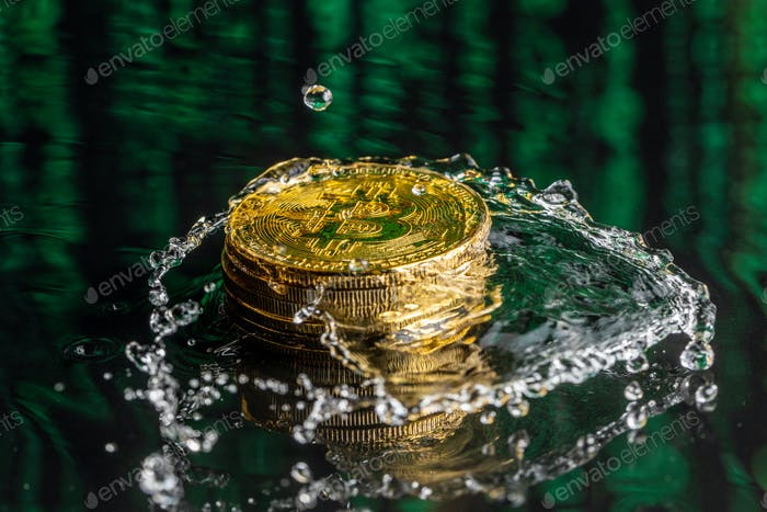 Goldene Bitcoin-Münze fällt auf Wasser. Bitcoin und Wasserspritzen.