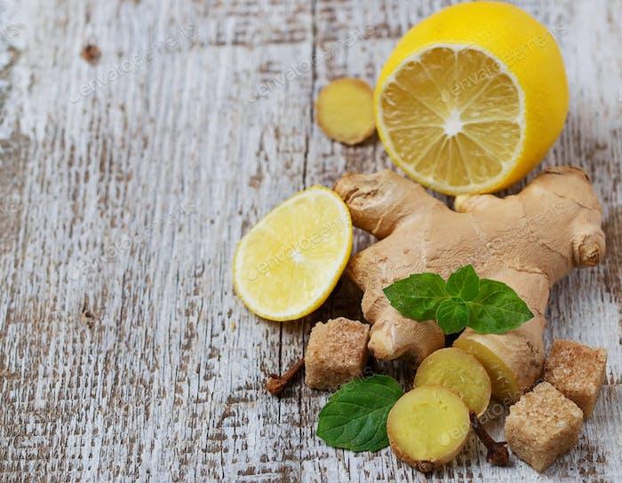 Ingwer, Zitrone und Minze auf hellem Hintergrund