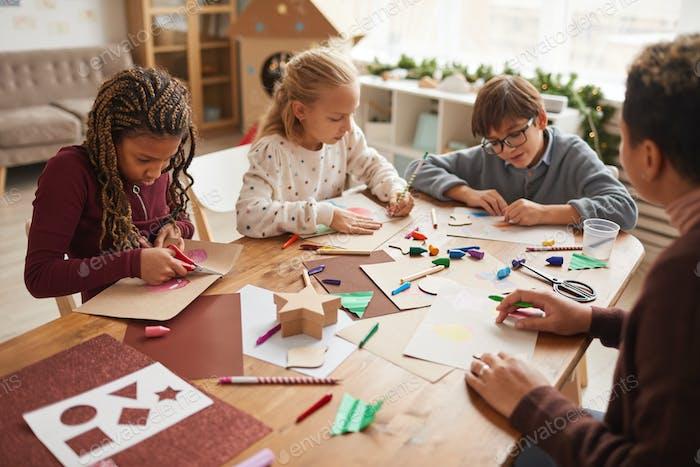 Kinder genießen Kunst- und Handwerksunterricht