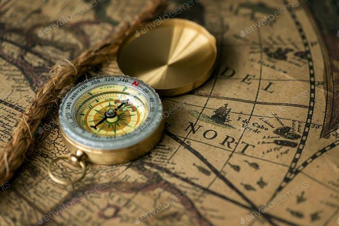 Alter Kompass auf Vintage-Karte mit Seil
