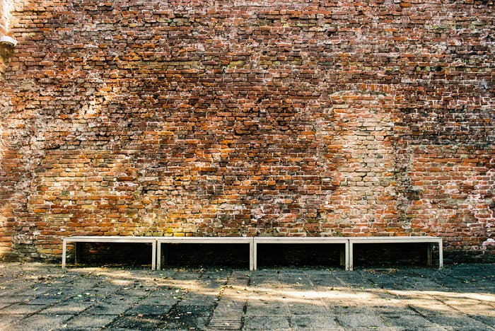 Bank gegen eine alte Ziegelmauer