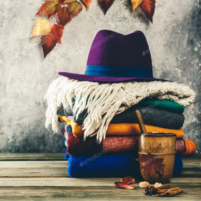 Herbsthintergrund auf Holztisch gegen alten Rostzustand Vintage-Wand