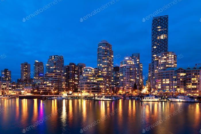 Vancouver Skyline in der Abenddämmerung
