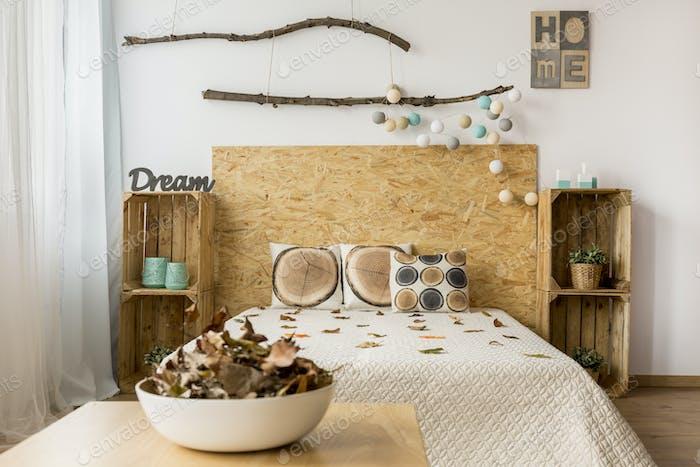 Braunes und weißes Schlafzimmer