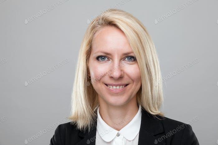 Headshot der jungen und glücklichen Geschäftsfrau